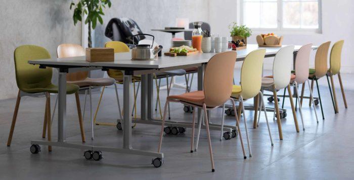 Uppdukat långbord med flera stolar. Möblerna kommer från Flokk, till vilka Östrand & Hansen har levererat en monteringsline.
